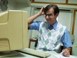 Site açıklamasını okuyan bir programcı (dikkat: yazılımcıların dış görünüşü bakımından yüksek önyargı içerir)